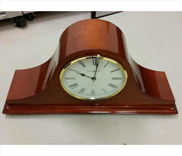 Mantle clock with shiny wood housing